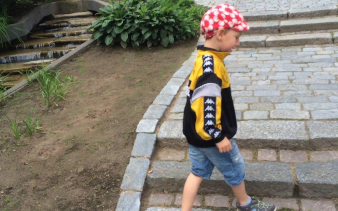 Lapsi kaupungintalon pihalla