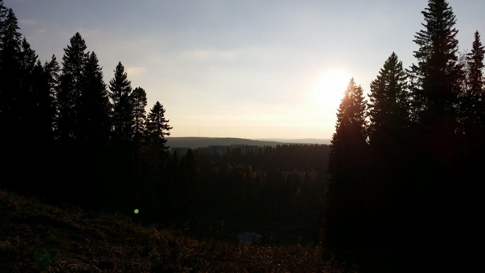 Näkymä Puijon mäkien aukosta ilta-auringossa